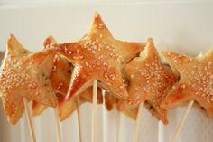 kerst pesto hapjes: –Bladerdeeg, Mozzarella, Pesto, Saté prikkers, Ster vormige steker, Sesamzaadjes, Ei 10 minuten in voorverwarmde oven 220°. Bladerdeeg ontdooien en vorm uitsnijden. Klein lepeltje pesto in het midden een klein stukje mozzarella (óf brie is ook erg lekker!) en dan leg je er weer een sterretje bovenop. Druk de randjes aan. Strijk er een beetje ei op en bestrooi met wat sesamzaadjes.