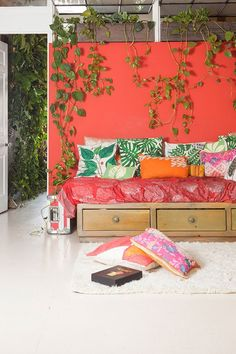 Woman Transforms Her Brooklyn Apartment Into Indoor Jungle with 500 Lush Plants - My Modern Met Green Apartment, Apartment Plants, Brooklyn Apartment, York Apartment, Apartamento No Brooklyn, Mason Jar Garden, Modern Farmer, Deco Boheme, Bedroom Ceiling