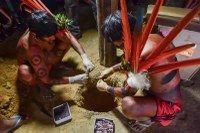 Em cerimônia, índios Yanomâmis enterram sangue repatriado dos Estados Unidos.  Quando a gente acha que já viu todas as aberrações do EUA, com relação a exploração e abusos na América do Sul, vem mais este absurdo.   O material biológico voltou ao Brasil depois de negociação entre o Ministério Público Federal e universidade norte-americana.  Enterrado em um local sagrado para a tribo, junto a um dos pilares da Yanoa (maloca), a devolução do sangue trouxe paz e descanso aos ancestrais…