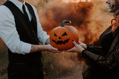 This halloween couples session has all the skull makeup and jack-o-lanterns you could ever dream of. Click the link to be spooked out of your skin. Halloween Photos, Couple Halloween, Baby Halloween, Vintage Halloween, Costume Halloween, Halloween Stuff, Engagement Shoots, Engagement Photography, Halloween Baby Announcement