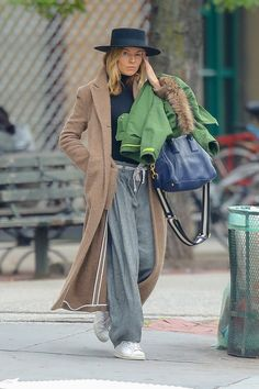Sienna Miller wearing Marc Jacobs Big Shot Tote Bag and Adidas Stan Smith Sneakers Work Fashion, Star Fashion, Street Fashion, Sienna Miller Style, Adidas Stan Smith Sneakers, Celebrity Updates, Marc Jacobs, Winter Fashion, Black Jeans