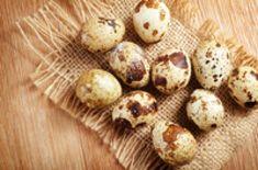 Ouale de prepelita pot preveni sau vindeca aproximativ 30 de afectiuni legate de varsta, de carente si excese alimentare, de alergii. Au efecte benefice asupra sistemului nervos si sunt recomandate si in perioadele de stres intens si epuizare. Cura cu oua de prepelita poate fi tinuta de oricine, inclusiv de copii, iar numarul zilelor in care se consuma ouale variaza in functie de afectiune, de varsta si de recomandarile medicului curant. Afla in continuare ce beneficii aduc ouale de… Garlic, Vegetables, Diet, Vegetable Recipes, Veggies