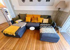 Personnalisation grand canapé modulable, création grands coussins mox tissus wax africain et lin teinté jaune moutarde, parquet chêne restauré et moulures aux murs restaurées Lancelot, Couch, Furniture, Home Decor, Moldings, Walls, Classic Chic, Big Couch, Mustard