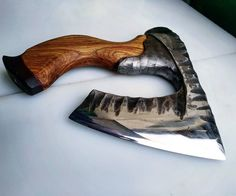 One handed axe Cool Knives, Knives And Tools, Knives And Swords, Beil, Art And Hobby, Forged Knife, Le Far West, Fantasy Weapons, Custom Knives