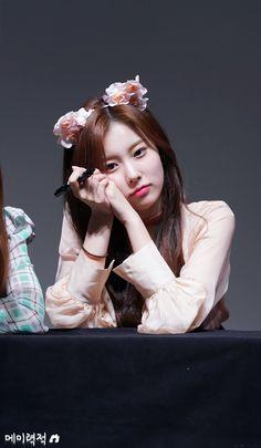 181102 Dongja Art Hall fan signing #izone #hyewon Lee Sung Kyung, Lee Joon, Korean Girl Band, Yu Jin, Japanese Girl Group, Extended Play, Girl Bands, 3 In One, Kawaii