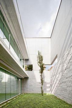 Patio del Archivo Comarcal y Centro Cívico por dataAE + XVStudio. Fotografía © Adrià Goula.