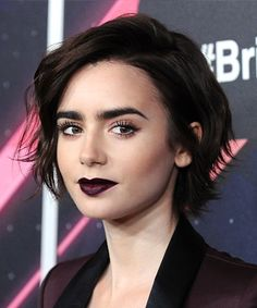 lily collins makeup inspiration - a pale beauty with dark lips + bold lashes Short Choppy Hair, Cute Short Haircuts, Short Hair Cuts, Short Hair Girls, Pretty Short Hair, Growing Out Short Hair Styles, Choppy Haircuts, Lily Collins Cheveux Courts, Lily Collins Pelo Corto