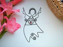 anjelik je vyrobený z pozinkovaného drôtu, doplnený korálikmi červenej farby ... Dá sa zavesiť na stenu, ale i na stromček, do priestoru........
