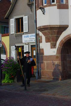 Photo perso. Le veilleur de nuit de Chatenois. Profiter de son érudition et de sa connaissances des petites et grandes histoires de la ville dans des dénébulations estivales.