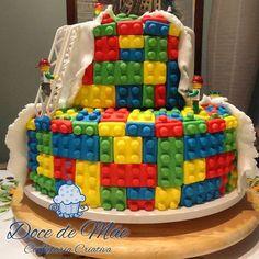 Bolo decorado modelado artesanalmente em pasta americana, totalmente comestível, para festa tema Lego. Bolos Decorados em Curitiba #Lego #BoloLego #LegoCake #BoloDecorado #BoloModelado #FestaLego #BoloPersonalizado #PastaAmericana #CakeDesigner #FestaDeMenino #CakeDesignerCuritiba
