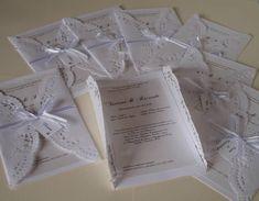 Lindo Convite em  papel Vergê 180gr /Perolizado 120gr e Papel Rendado de espessura fina. AMARRAÇÃO: Fita de poliéster com laço simples IMPRESSÃO:  LASER  ESTÃO INCLUSOS: - Tag com o nome do Convidade + Strass - Embalagem em saquinho e adesivo bolinha  ou coração Branco para fechar PRAZO PARA PRODUÇÃO: a partir de 20 dias Úteis   *** Frete por conta do Cliente **** R$ 6,60
