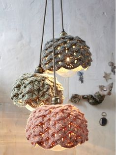 And here we got these 15 crochet lampshades to shed light into your home and bringing instant beauty to the home decor. Table lamps, free standing lamps and Crochet Diy, Lampe Crochet, Crochet Lampshade, Crochet Fabric, Crochet Home Decor, Vintage Crochet, Crochet Decoration, Diy Luminaire, Crocodile Stitch