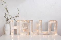 DIY light-up letters. Luz Led Diy, Diy Lampe, Light Up Letters, Marquee Lights, Xmas Lights, Diy Letters, Marquee Letters, Ideas Geniales, Blog Deco