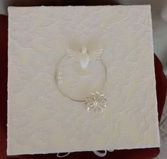 Batizado ou casamento: tampa de caixa com revestimento de renda e aplique de metal, resina e pérolas - 1/3