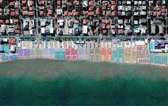 Grazie a una prospettiva d'eccezione, ecco una gallery che mette insieme 100 belle foto satellitari, lo spettacolo della natura con i luoghi della Terra
