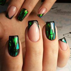 Гель лак. Битое стекло. Темно зеленый. Как будто попал в сказку...Это всё.