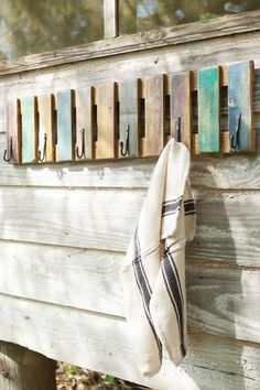Reclaimed Wood Towel Rack - Beach Decor - Rustic Towel Rack - Nautical - Beach - Painted Wooden Towel Rack - Pool Decor - Farmhouse decor - For sale is a ~ Beach House Decor – Reclaimed Wood – Patio – Pool -Beach Towel Hanger – Nau - Wooden Pallet Projects, Pallet Crafts, Wooden Pallets, Pallet Ideas, Towel Rack Pool, Towel Hanger, Towel Racks, Rustic Decor, Farmhouse Decor