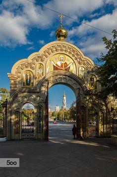 Врата Свято-Благовещенского кафедрального собора. Харьков. Украина