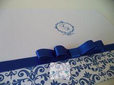 Convite confeccionado em papel Opaline ou Off Set 180 de gramatura. Arte com arabescos e brasão e fechamento com laço Channel duplo. As cores podem ser alteradas. R$ 3,00