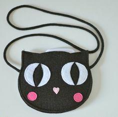Mini borsa di feltro per bambini piccoli tesori. In spessa feltro nero. Lunghezza tracolla è regolabile - basta legare il nodo :) Metà-chiusa con velcro. Larghezza 16cm (6 in)