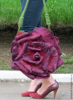 What an amazing felt purse! Unique Purses, Unique Bags, Fashion Bags, Fashion Accessories, Felt Purse, Flower Bag, Felt Art, Mode Style, Felt Flowers