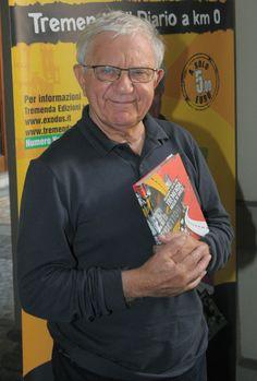 Don Antonio Mazzi -Presidente della Fondazione Exodus Onlus - con un copia della  agenda 2013-2014.