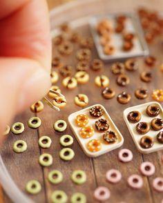 Trying to hold a tiny donut with tiny tongs made of brass plate. ;) 真鍮板で作ったちっこいトングでちっこいドーナツを挟み中ー #miniature #dollshouse #diorama #ochibitswip #ミニチュア #ドールハウス #オチビッツ制作中 #tinybearshapedshop #ミニチュアアート展2016