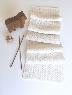 Easy Scarf Knitting Patterns: Beginner Knitting Projects : Beautiful ivory knitted scarf in delicate lace pattern. Beginner Knitting Projects, Knitting For Beginners, Knitting Blogs, Lace Knitting, Start Knitting, Knitting Ideas, Easy Scarf Knitting Patterns, Crochet Patterns, Knitting Accessories
