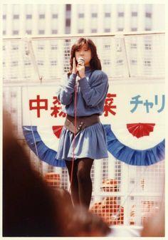 中森明菜 - 1983年、横浜駅ビルのチャリティー・イベントに登場した際の写真。