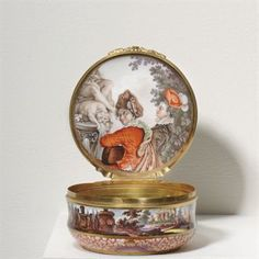 A MEISSEN GOLD-MOUNTED CIRCULAR SNUFF-BOX AND COVER