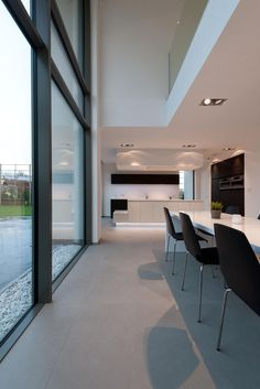 I like this modern and minimalistic kitchen / dining space. The giant glass windows, and black modern chairs add a really luxurious vibe in an otherwise simple room Minimalist Kitchen, Modern Minimalist, Home Tiles Design, Minimalist Architecture, Dream House Exterior, Modern Interior Design, Modern Luxury, New Homes, Home Decor