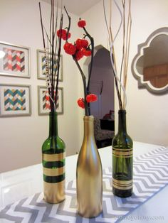 A pretty good section on DIY spray painting. DIY Spray Painted Wine Bottles for Fall Decorating - Homey Oh My! Spray Paint Projects, Diy Spray Paint, Diy Projects, Spray Painting, Bottle Painting, Painting Tips, Wine Bottle Centerpieces, Wedding Wine Bottles, Vases