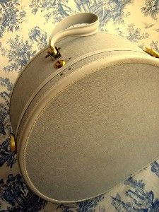 Just got my hands on a vintage round train case in brown. Too lazy to take a picture, so this represents it. Vintage Train Case, Vintage Hat Boxes, Vintage Suitcases, Vintage Luggage, Vintage Hats, Vintage Shabby Chic, Vintage Travel, Vintage Outfits, Antique Trunks
