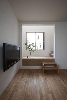 Stair landing as presentation space  [Futakoshinchi House]