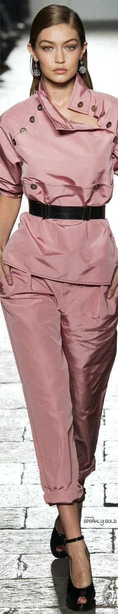 Bottega Veneta – Spring 2017 RTW - Celebrity Style and Fashion Trends - Celebrity Style and Fashion Trends Pink Fashion, Fashion 2017, Fashion Show, Fashion Outfits, Womens Fashion, Fashion Trends, Rosa Style, Mode Rose, Moda Casual