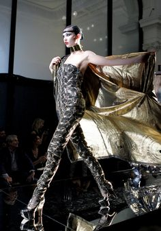 Défilé Jean Paul Gaultier Haute Couture Automne-Hiver 2012-2013 http://www.vogue.fr/defiles/6483/diaporama/9334/image/555601#