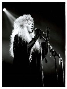 Stevie Nicks/Fleetwood Mac- Tango in the Night Tour 1987 You gotta have a strong neck to have that head of hair ! Tango In The Night, Stevie Nicks Lindsey Buckingham, Buckingham Nicks, Bass, Daly City, Rock Queen, Stevie Nicks Fleetwood Mac, Look Vintage, Rock Legends