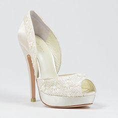 En Riomar fotógrafos nos gustan estos elegantes zapatos para novia. http://riomarfotografosdeboda.com