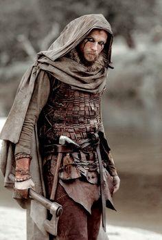 Floki da série Vikings - Existe um pequeno erro de contexto histórico nessa roupa: nórdicos não usavam colete de escamas. Mas enfim, mídias serão mídias. Todo o resto ta suave - roupa.