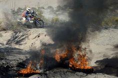 El español Jordi Viladoms pasa cerca de la moto de Goncalves