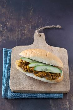 Surinaams broodje kerrie kip - Francesca Kookt I Love Food, A Food, Sandwiches, Snack Recipes, Healthy Recipes, Exotic Food, Lunch Snacks, Lunches, Easy Meal Prep