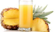 Pineapple Juice Cough Medicine - Pineapples contain bromelain, an enzyme with anti-inflammatory properties. It fights infections and kills bacteria. The juice from fresh pineapples can suppress coughs five times more effectively than cough syrup. Canned Pineapple, Pineapple Juice, Natural Health Remedies, Herbal Remedies, Healthy Brain, Healthy Life, Healthy Living, Sumo Natural, Pineapple Benefits
