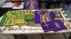 Casule con collo medievale, complete di borsa, velo e stola. In faille di lana.