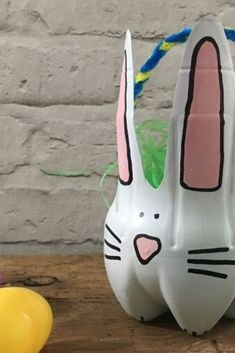 Looking for a cute and unique Easter basket? Check out this eco friendly DIY idea by repurposing a plastic bottle and making a homemade basket for girls or boys. Fun Crafts, Crafts For Kids, Easter Crafts, Holiday Crafts, Homemade Easter Baskets, Diy Gumball Machine, Unique Headboards, Book Page Wreath, Easter Table Decorations