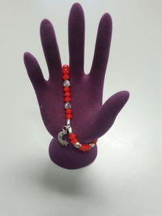 Se trata de una pulsera con piedras rojas y una luna de plata. Perfecta para ponerse en cualquier situación.
