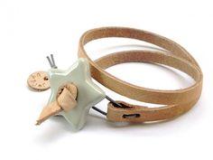 """Leren armband met Keramiek ster """"shiny"""".   De Nederlandse ontwerpster Bjorke maakt deze prachtige sieraden. Ze heeft een voorliefde voor alles wat uit het hoge noorden komt. Al ruim 8 jaar maakt ze sieraden met een Scandinavische twist.   Haar ontwerpen zijn veelal gemaakt van keramiek, hout en leer. Alle ontwerpen worden met de hand gemaakt."""