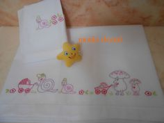 completo x carrozzina Baby Sheets, Baby Quilts, Embroidery Stitches, Infant, Hello Kitty, Pillows, Handmade, Hand Embroidery Projects, Baby Things
