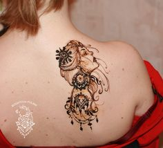 Henna girl on shoulder