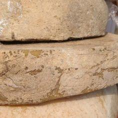TOMA DI MENDATICA (DELL'ALTA VALLE ARROSCIA) P.A.T. Formaggio grasso, fresco o di breve stagionatura, a pasta semidura. Dall'antica tradizione delle Tome, solitamente piemontesi, arriva questo formaggio a latte vaccino o vaccino-ovino. Si consuma fresco o brevemente stagionato. Si fa notare nella Torta di patate, piatto tipico della Liguria occidentale.
