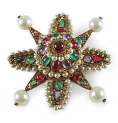 d40e4c067a7f Chanel, Balenciaga, Yves Saint Laurent... Les 13 bijoux fantaisie vintage  sur lesquels enchérir